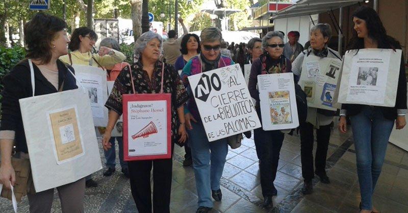 Protesta en la Feria del libro contra el cierre de las Palomas.